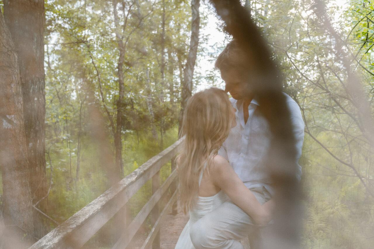 para narzeczonych całuje się w lesie