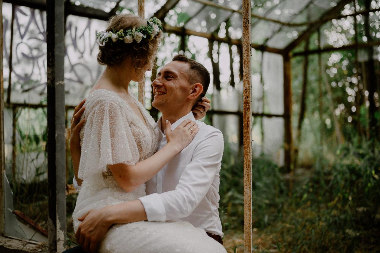 zdjęcia ślubne w opuszczonej szklarni
