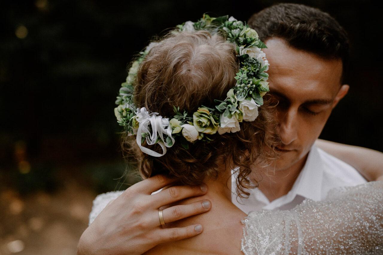 pan młody przytula pannę młodą we wianku