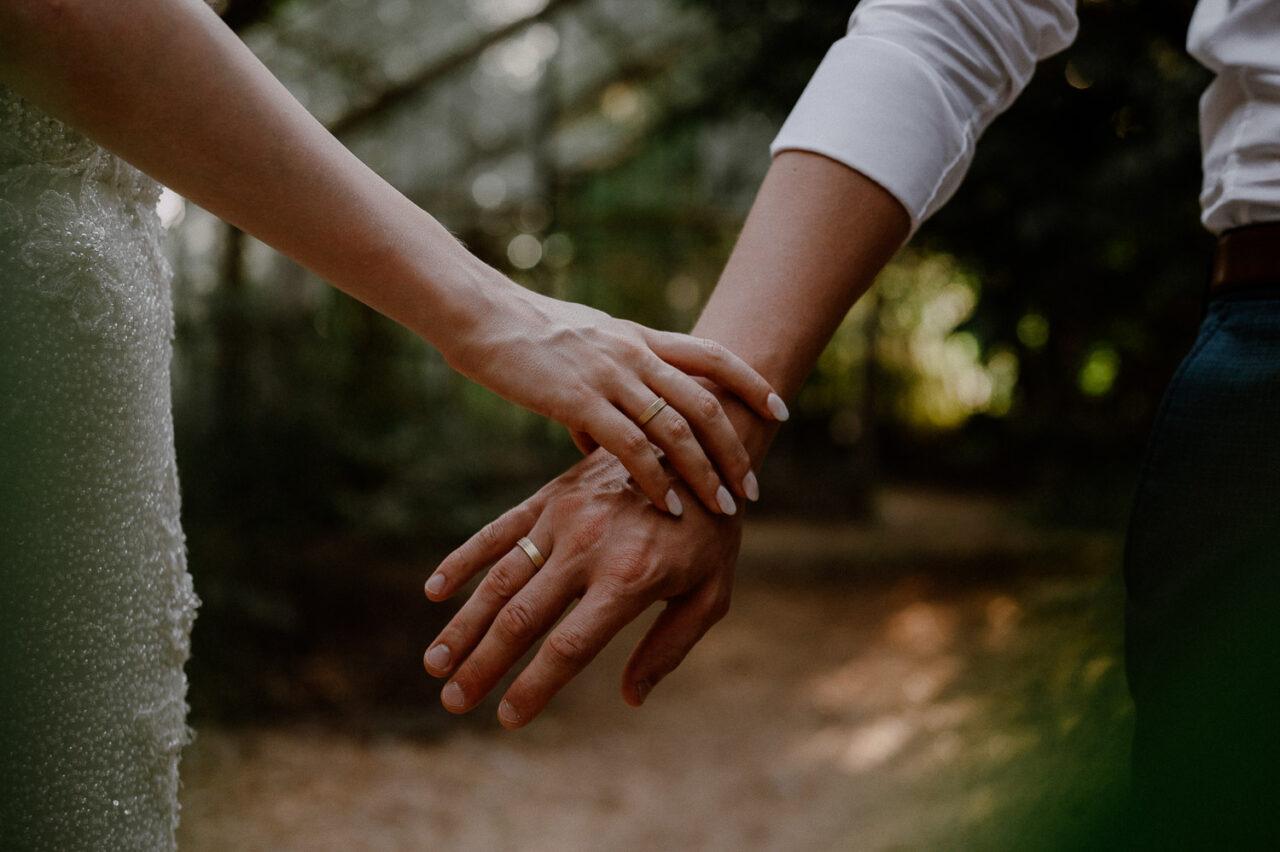 dłonie pary młodej