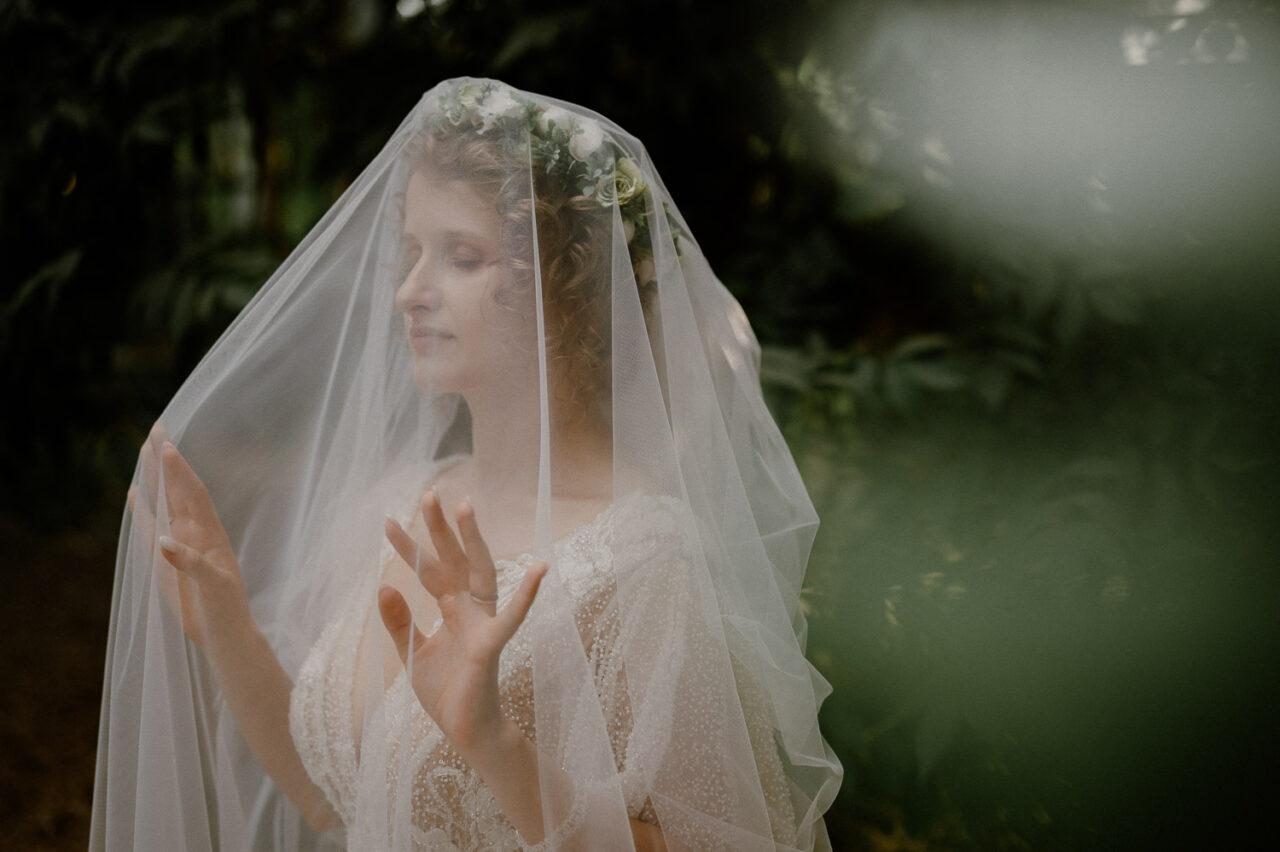 portret panny młodej okrytej welonem ślubnym