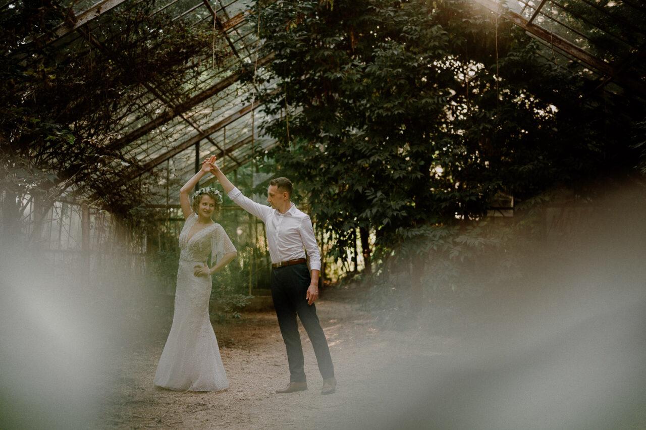 para młoda tańczy w opuszczonej szklarni