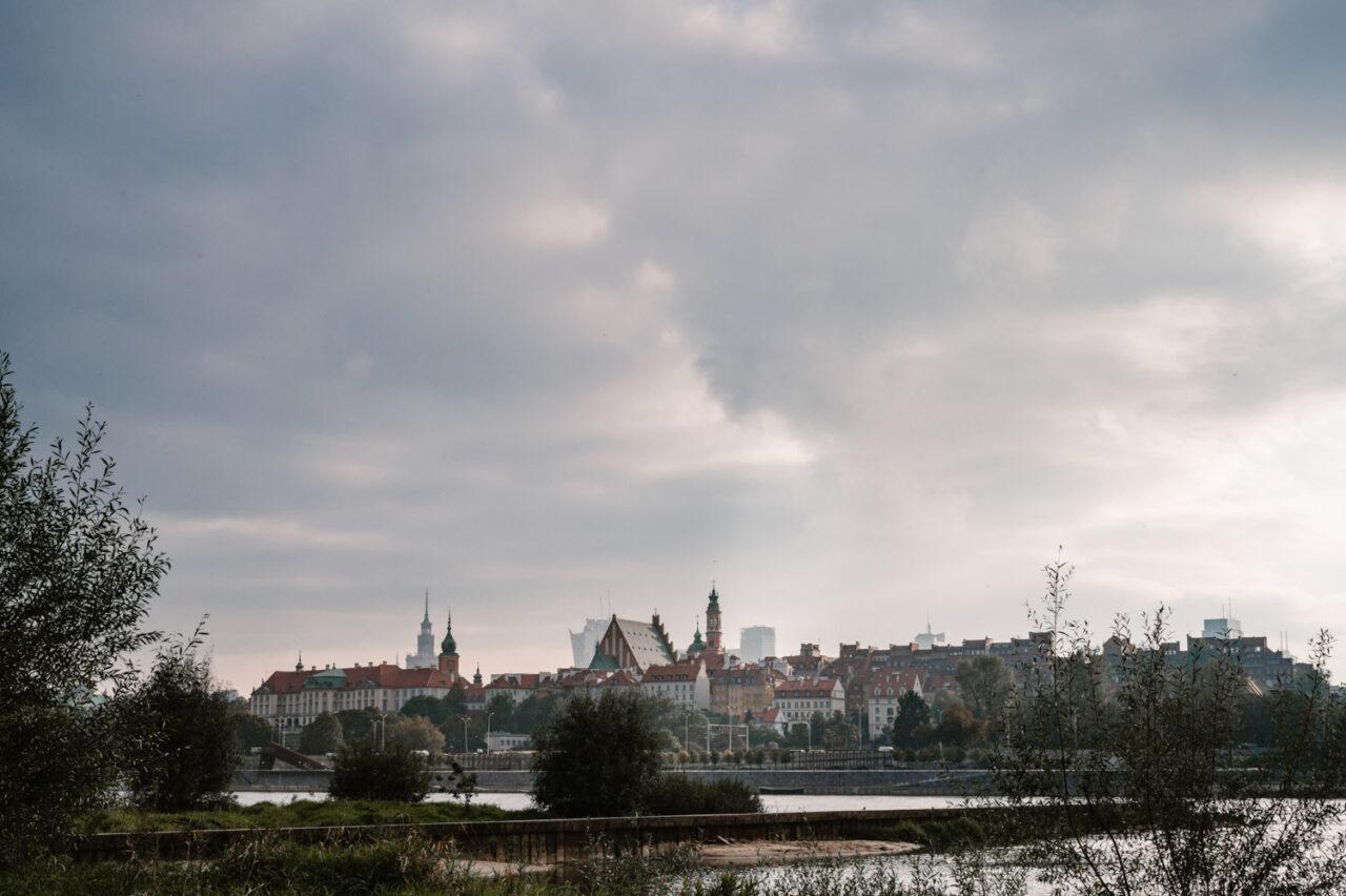 widok na stare miasto w Warszawie od strony Wisły