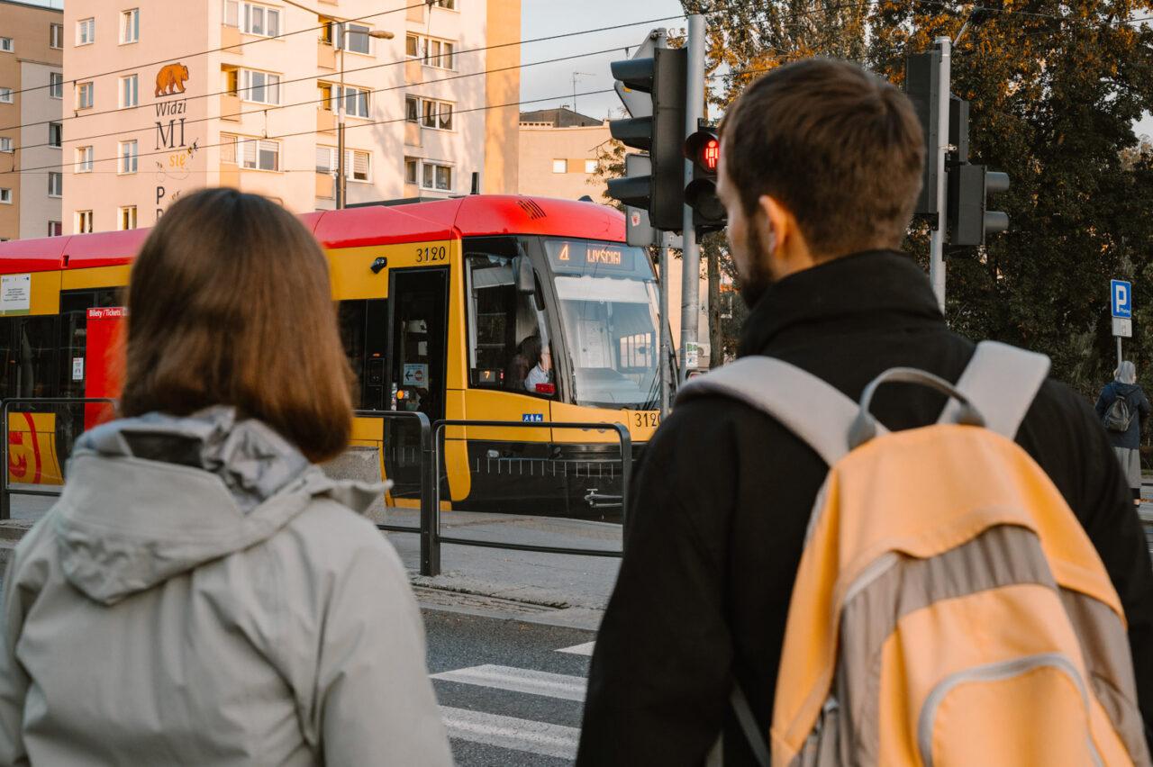narzeczeni patrzą na tramwaj warszawski