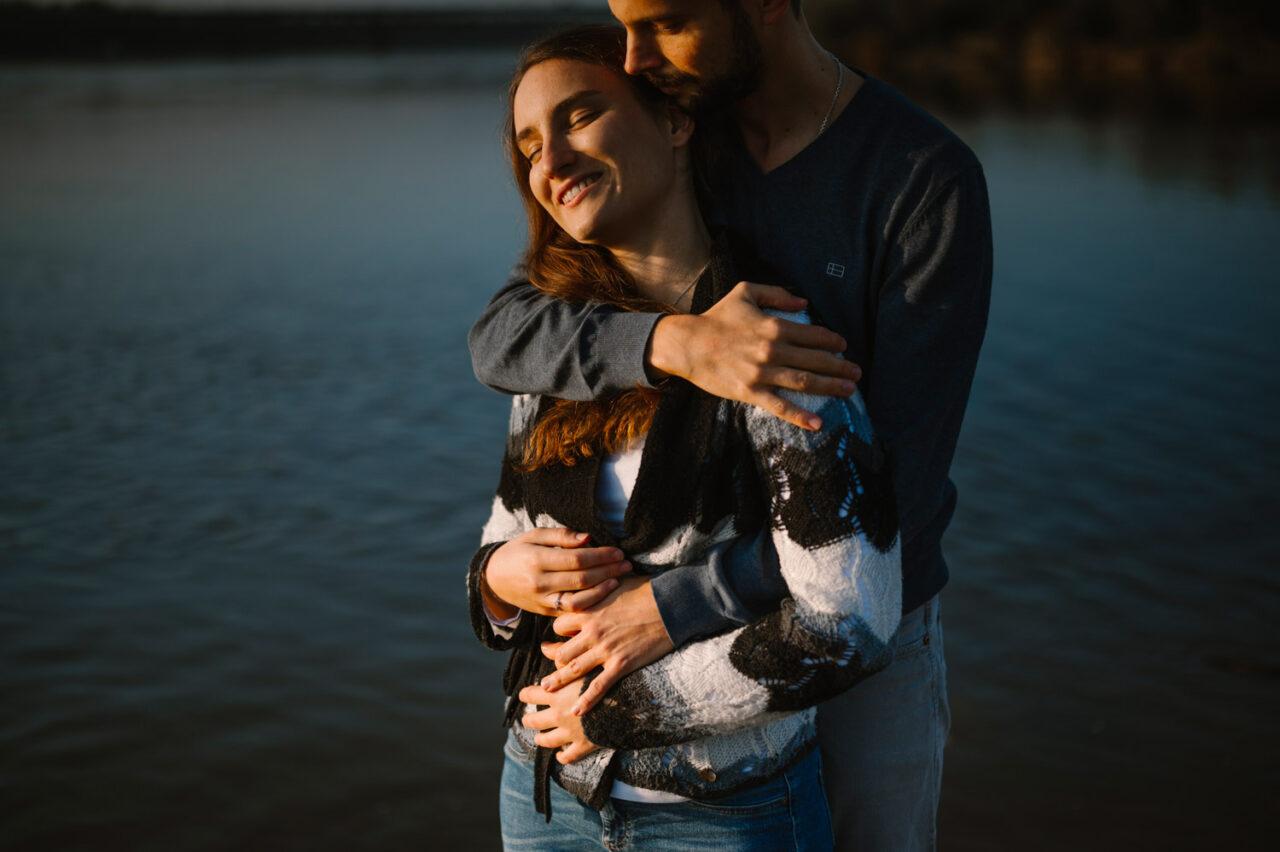 zakochana para przytula się nad Wisłą