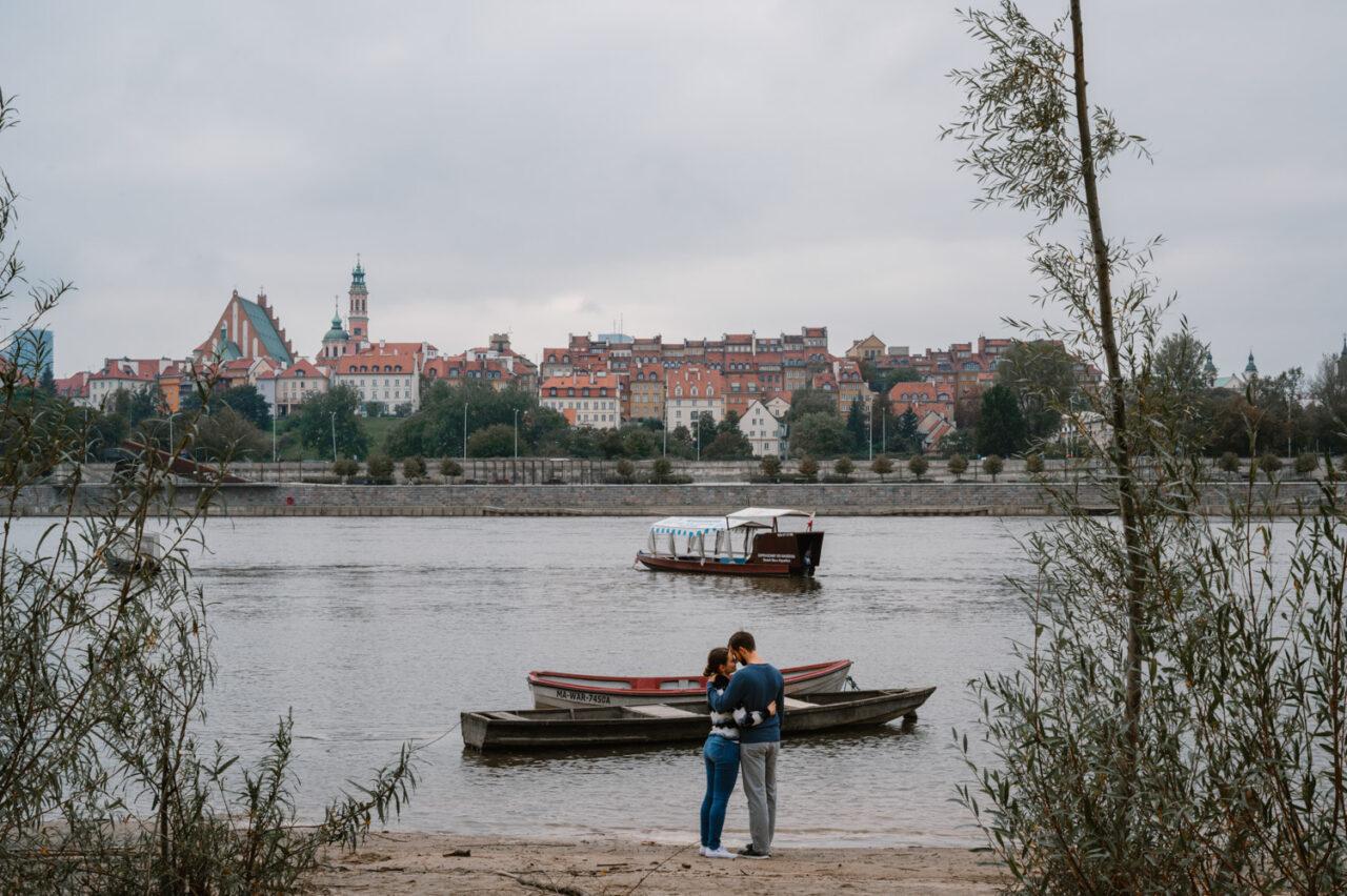 narzeczeni przytulają się na praskiej plaży w Warszawie