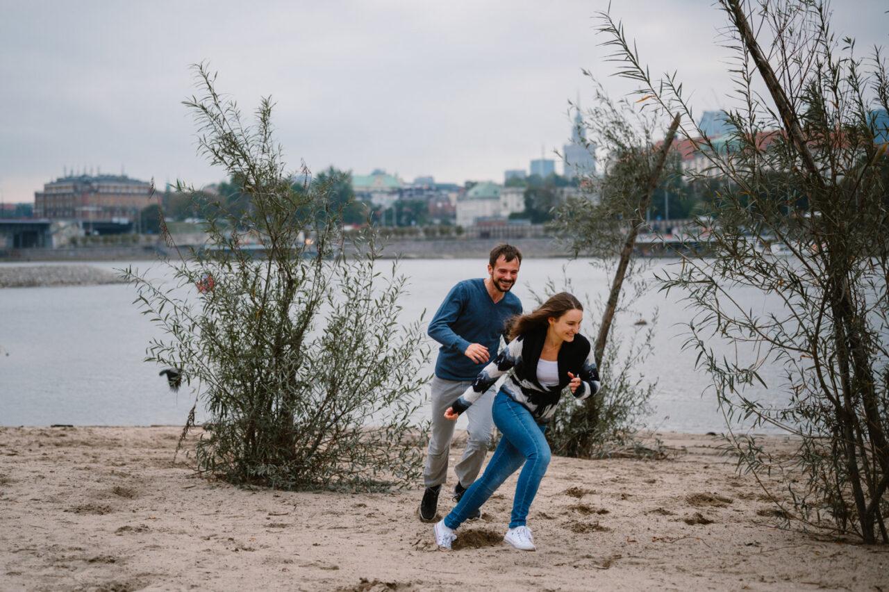 zakochani biegną po warszawskiej plaży