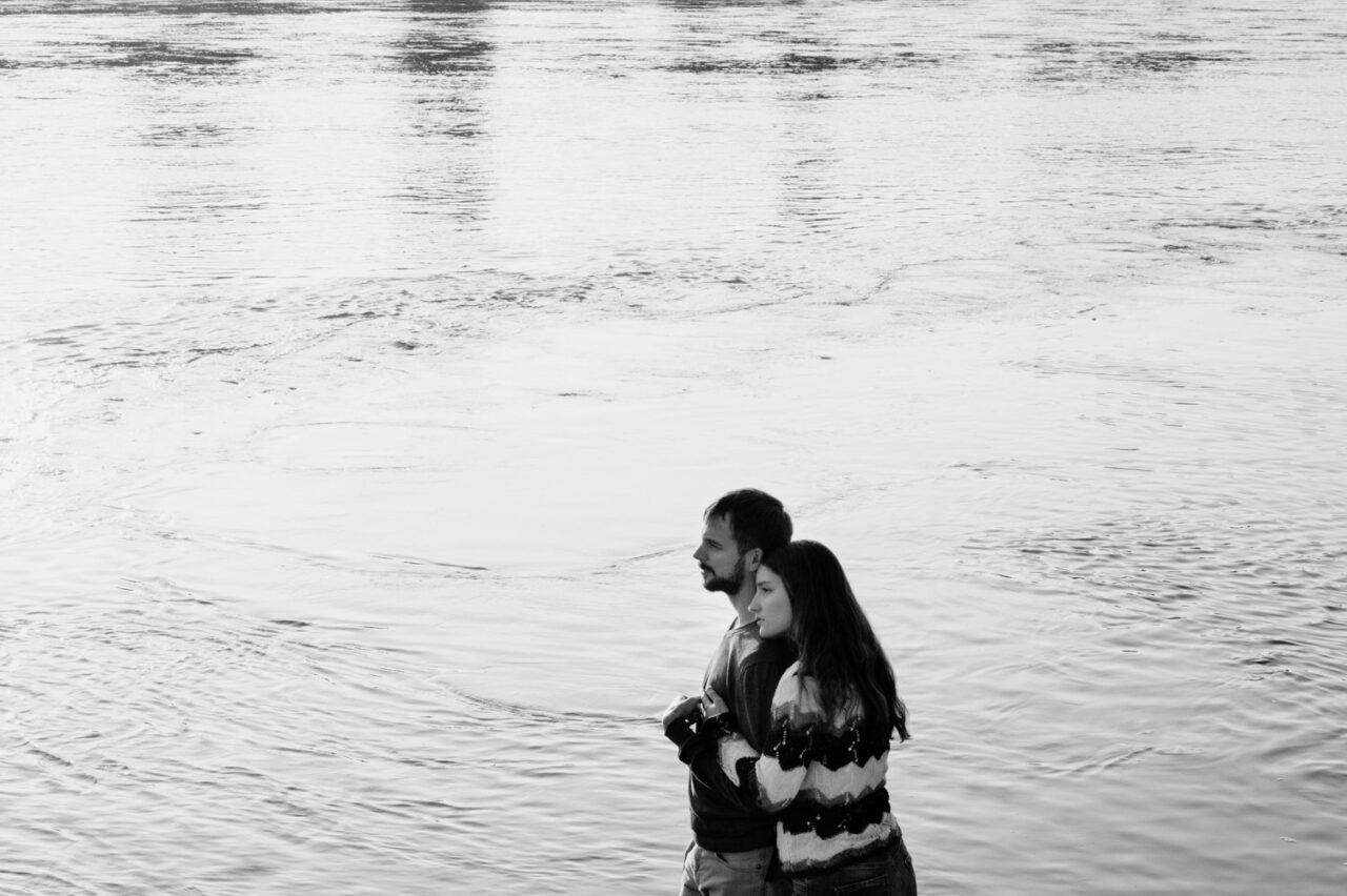 para zakochanych na tle tafli rzeki