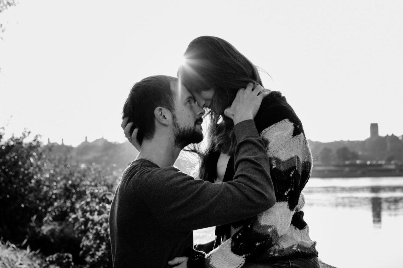 para zakochanych przytula się w promieniach słońca