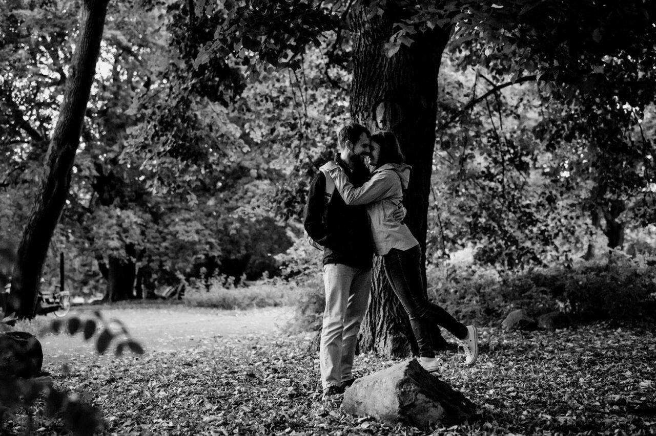 sesja zdjęciowa na warszawskiej Pradze - zakochani w parku
