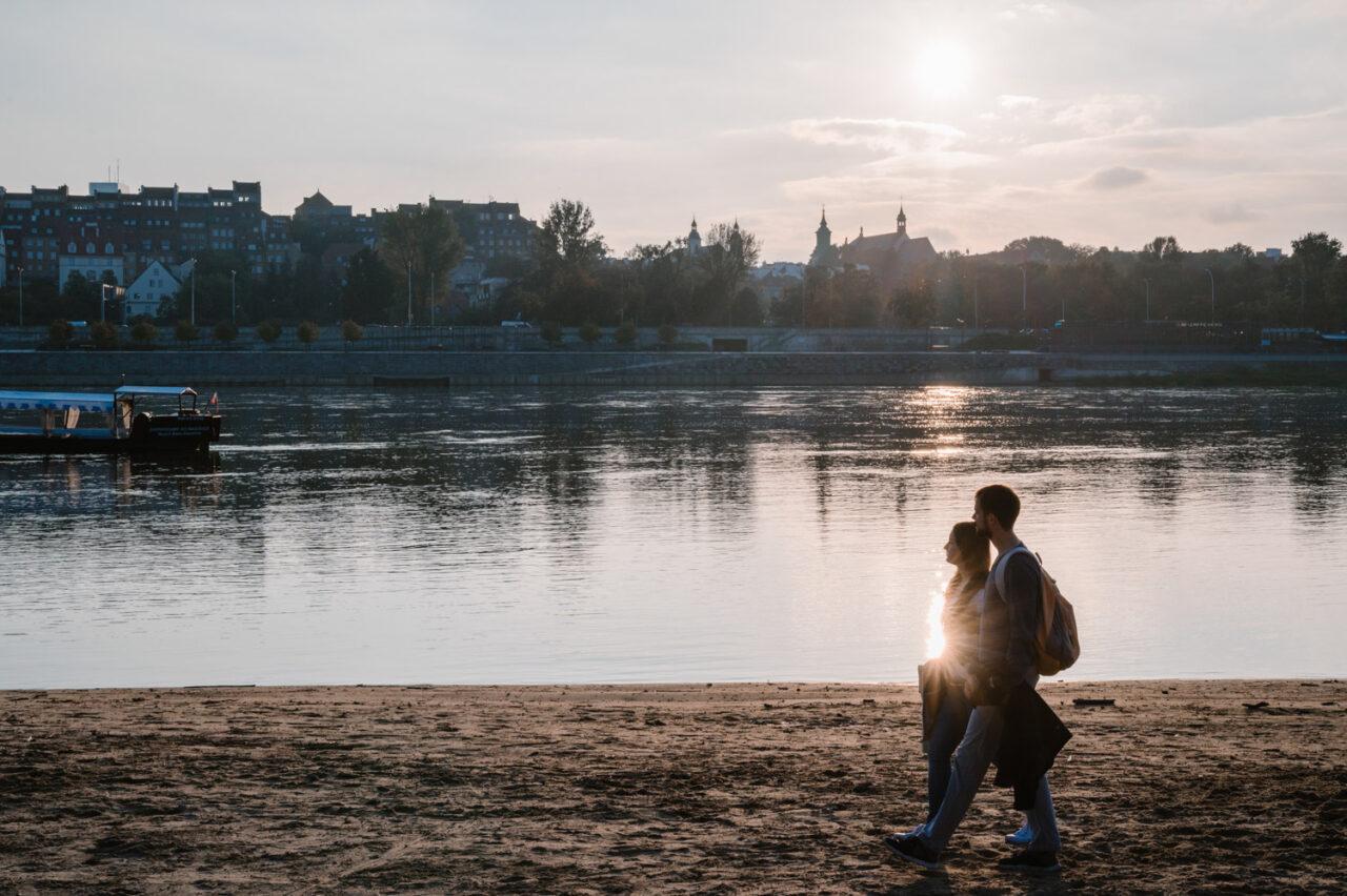 chłopak z dziewczyną spacerują wzdłuż warszawskiej plaży