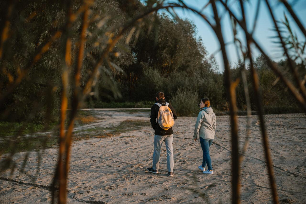 dwoje zakochanych spaceruje po plaży