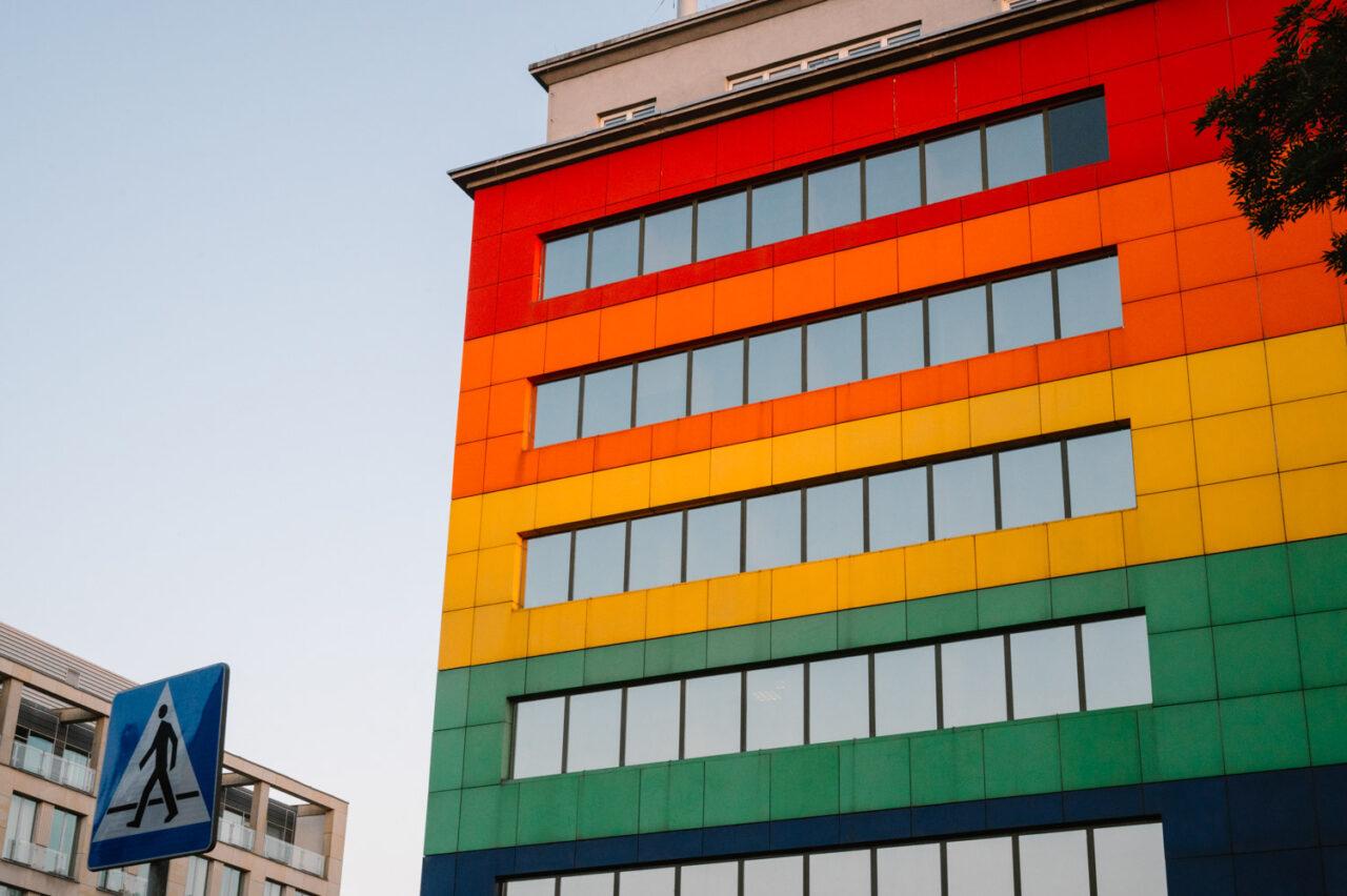 tęczowa elewacja budynku w Warszawie Pradze