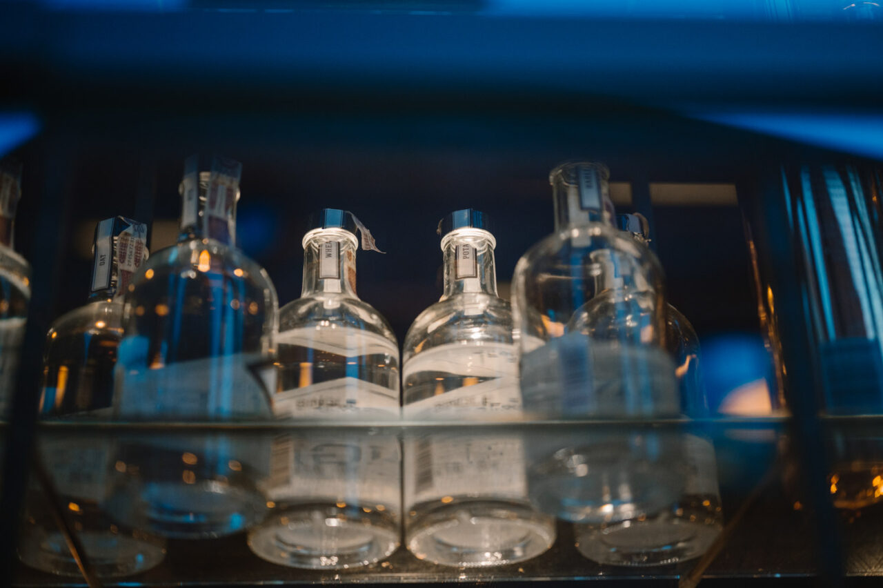 szklane butelki na szklanej półce