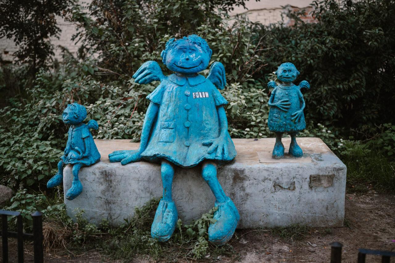 niebieskie rzeźby na warszawskiej Pradze