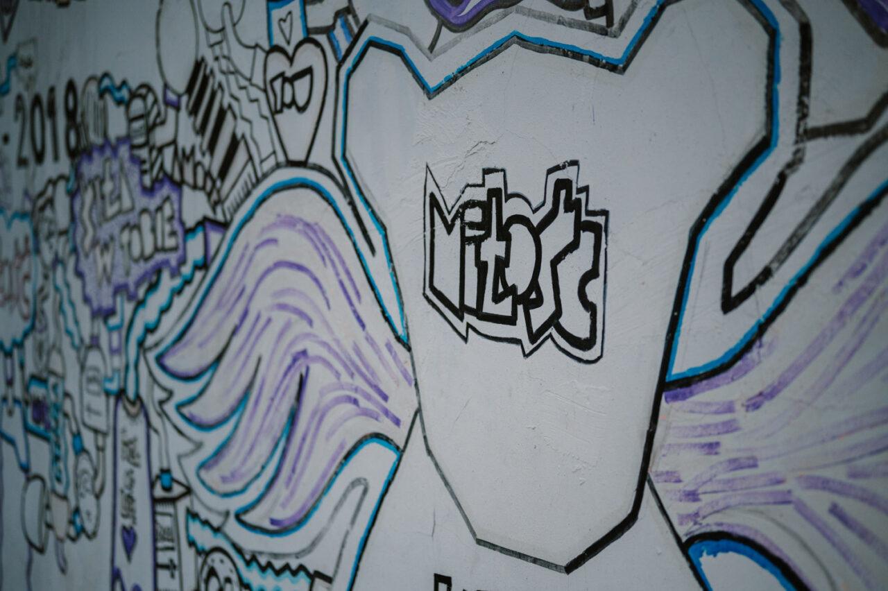 uliczne graffiti z napisem miłość