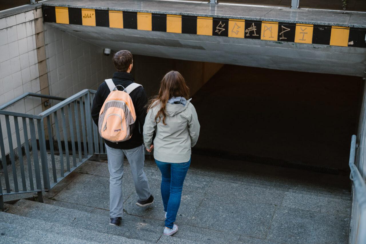 para schodzi do podziemnego przejścia po schodach