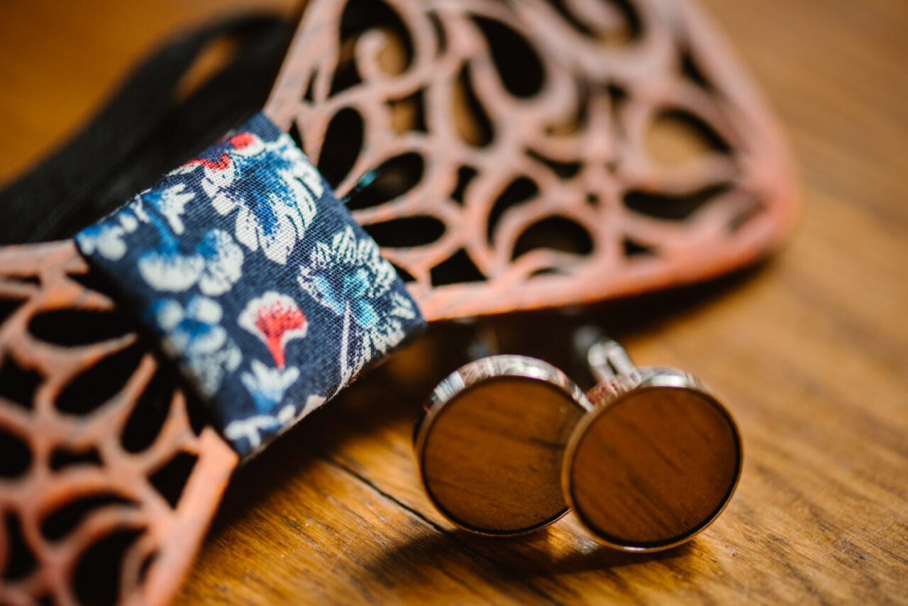drewniane spinki do koszuli i mucha