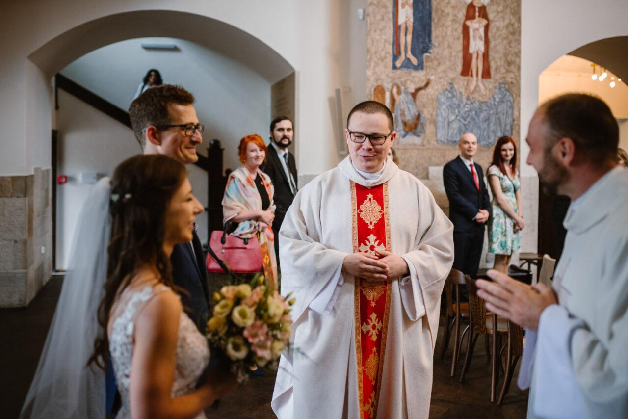 para młoda wita się z księdzem