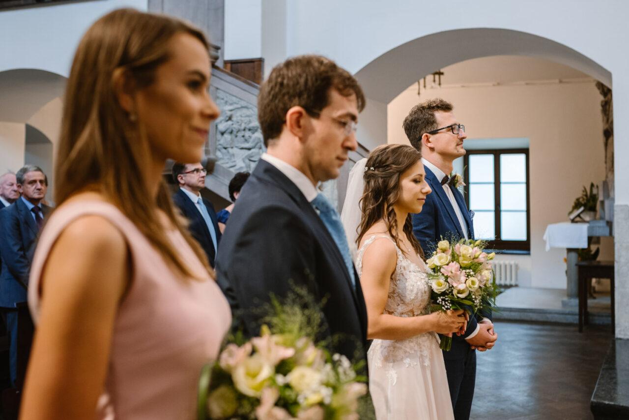 para młoda i świadkowie stoją w kościele