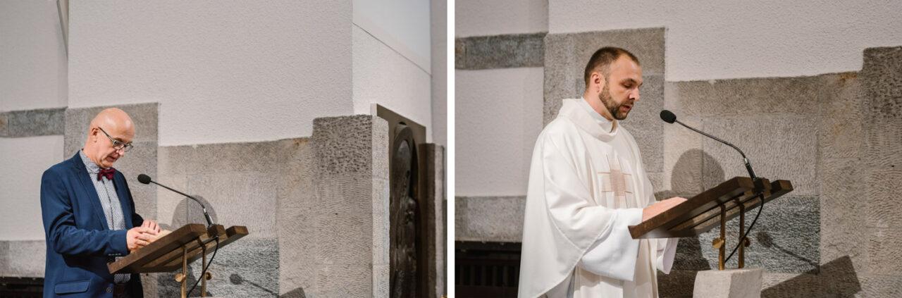 mężczyzna i ksiądz czytają pismo święte w kościele