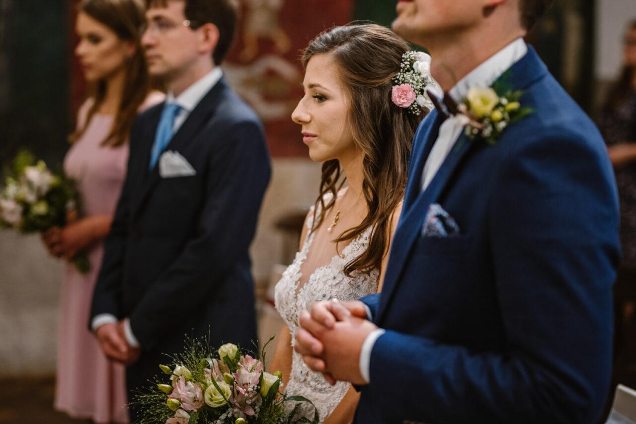 panna młoda podczas mszy ślubnej