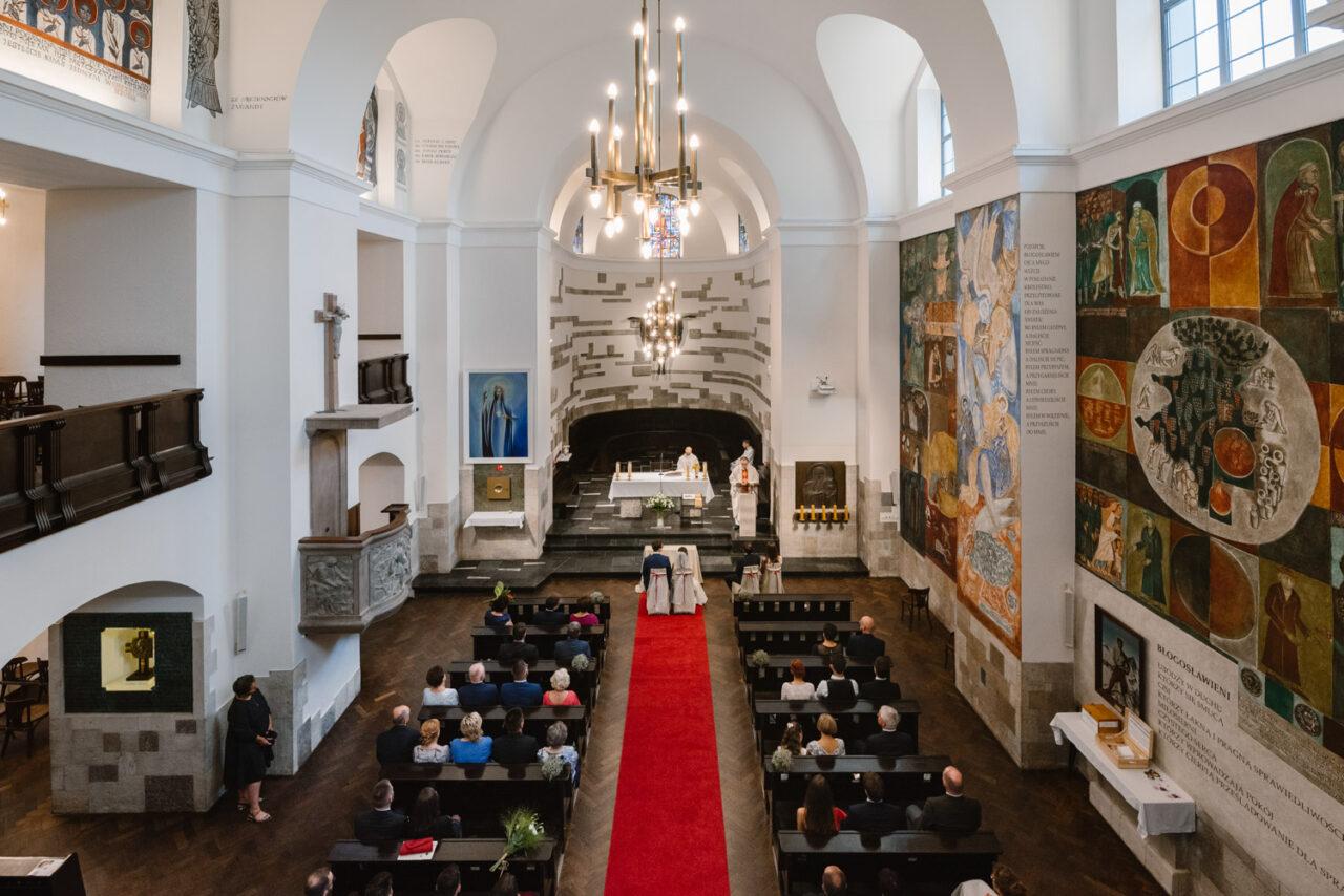 panorama kościoła akademickiego kul podczas ślubu