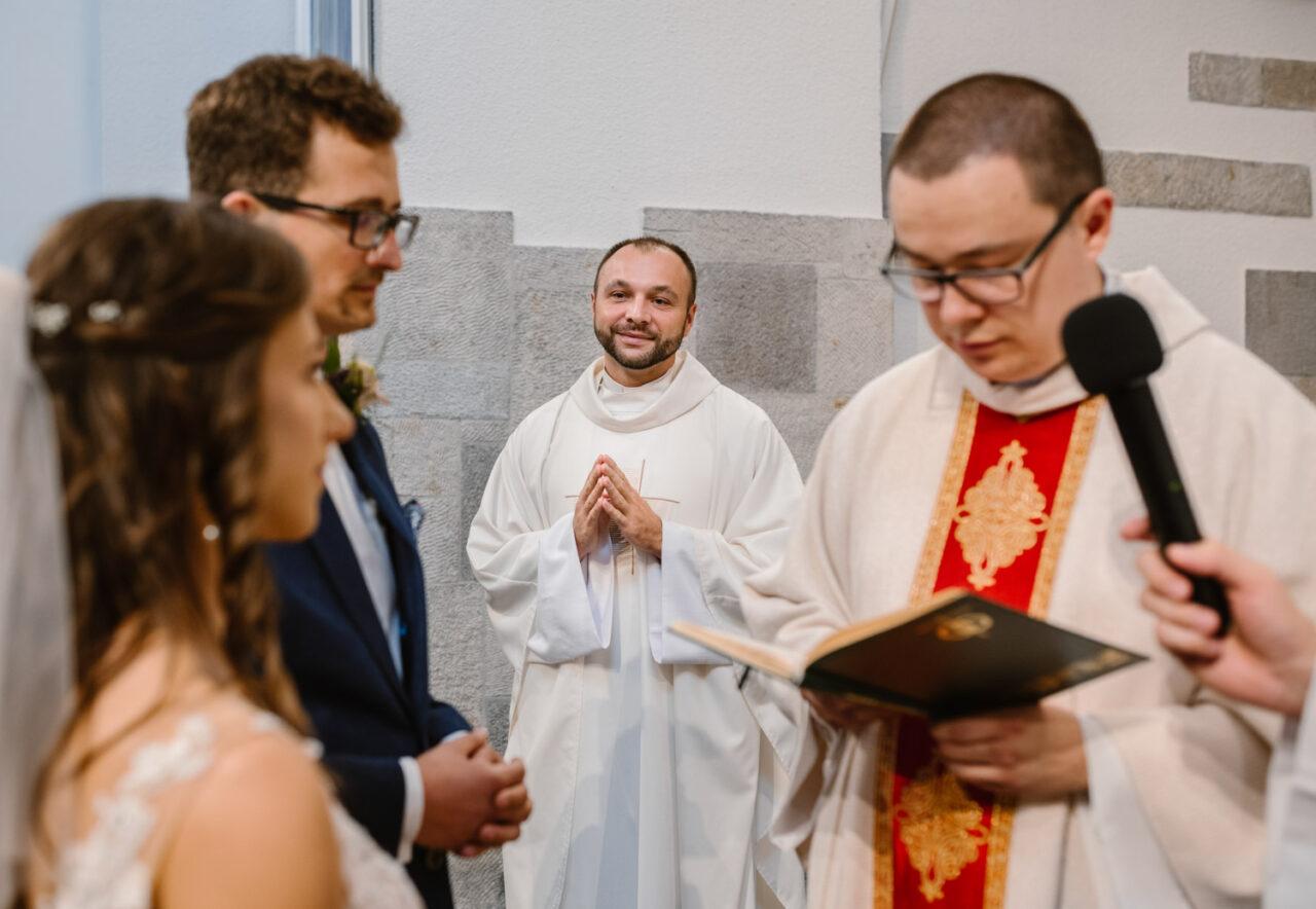 para młoda i dwóch księży podczas przysięgi małżeńskiej