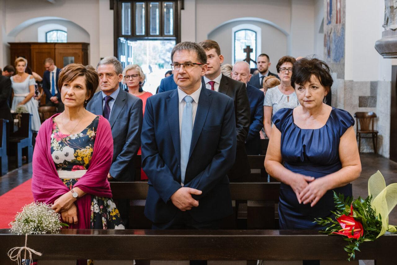 rodzice podczasceremonii ślubnej