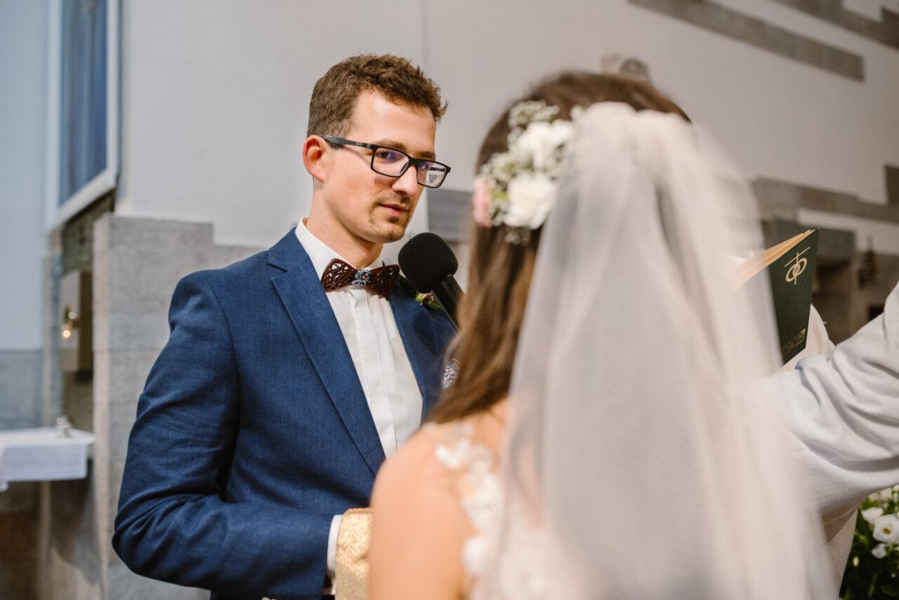 pan młody składa przysięgę małżeńską