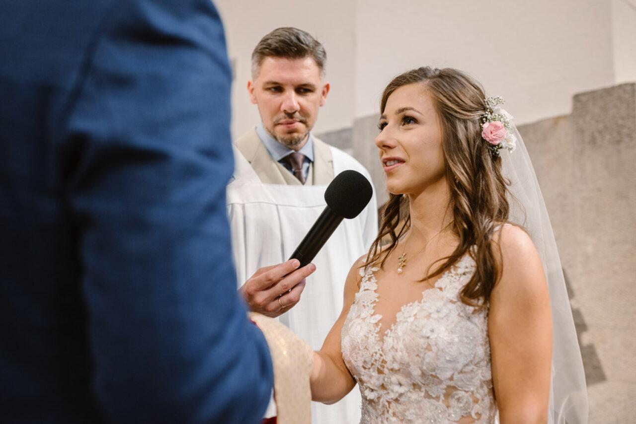 panna młoda składa przysięgę małżeńską