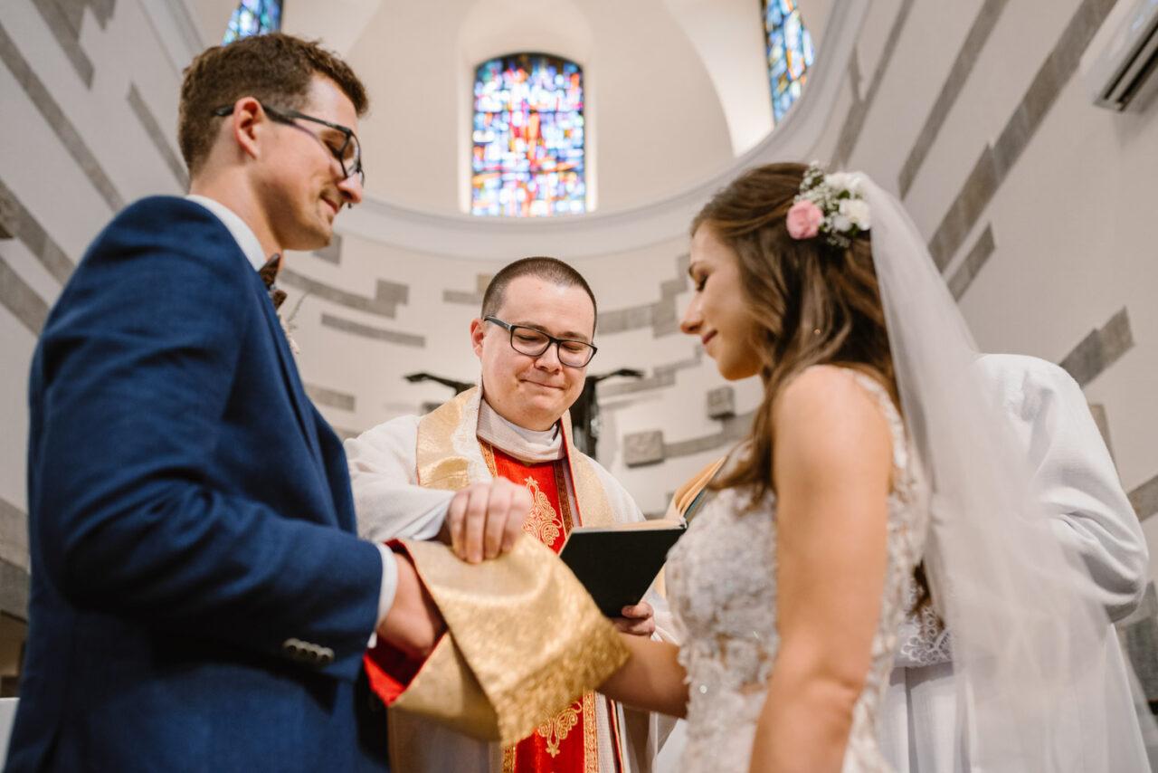 para młoda przysięga sobie miłość w kościele