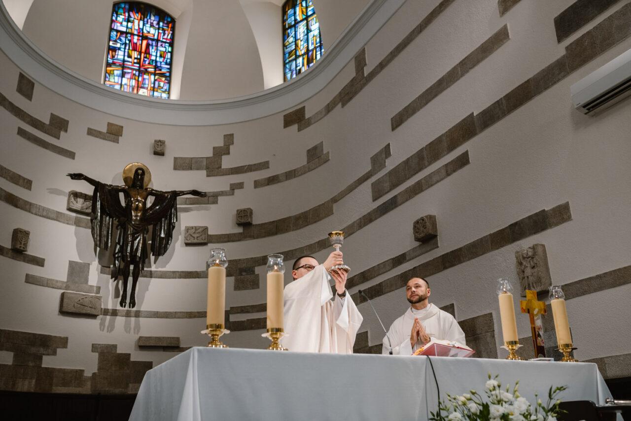 księża podczas ślubnej mszy świętej
