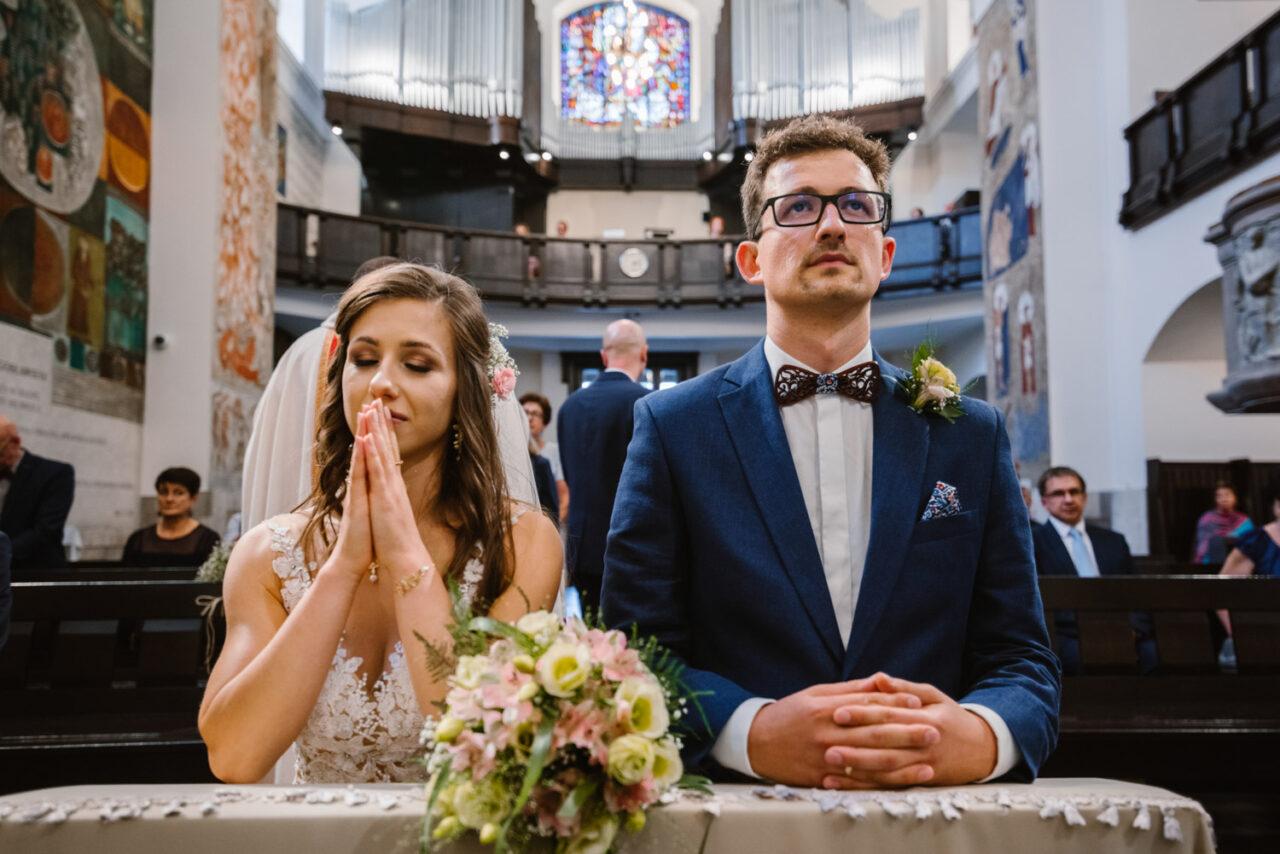 modląca się para młoda