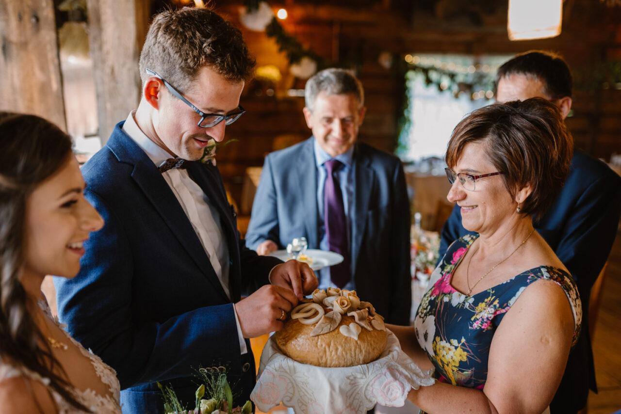 rodzice witający parę młodą chlebem i solą
