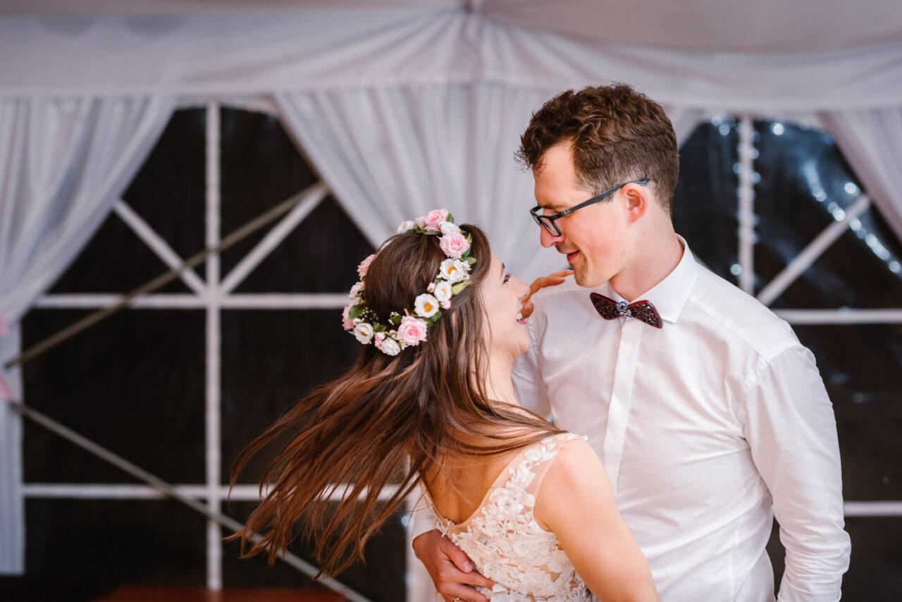 para młoda tańczy na weselu pod namiotem