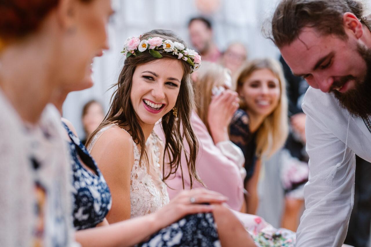 uśmiechnięta panna młoda podczas zabawy weselnej