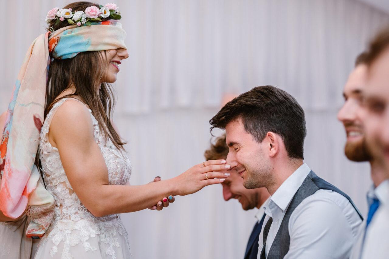 panna młoda bawi się podczas rustykalnego wesela