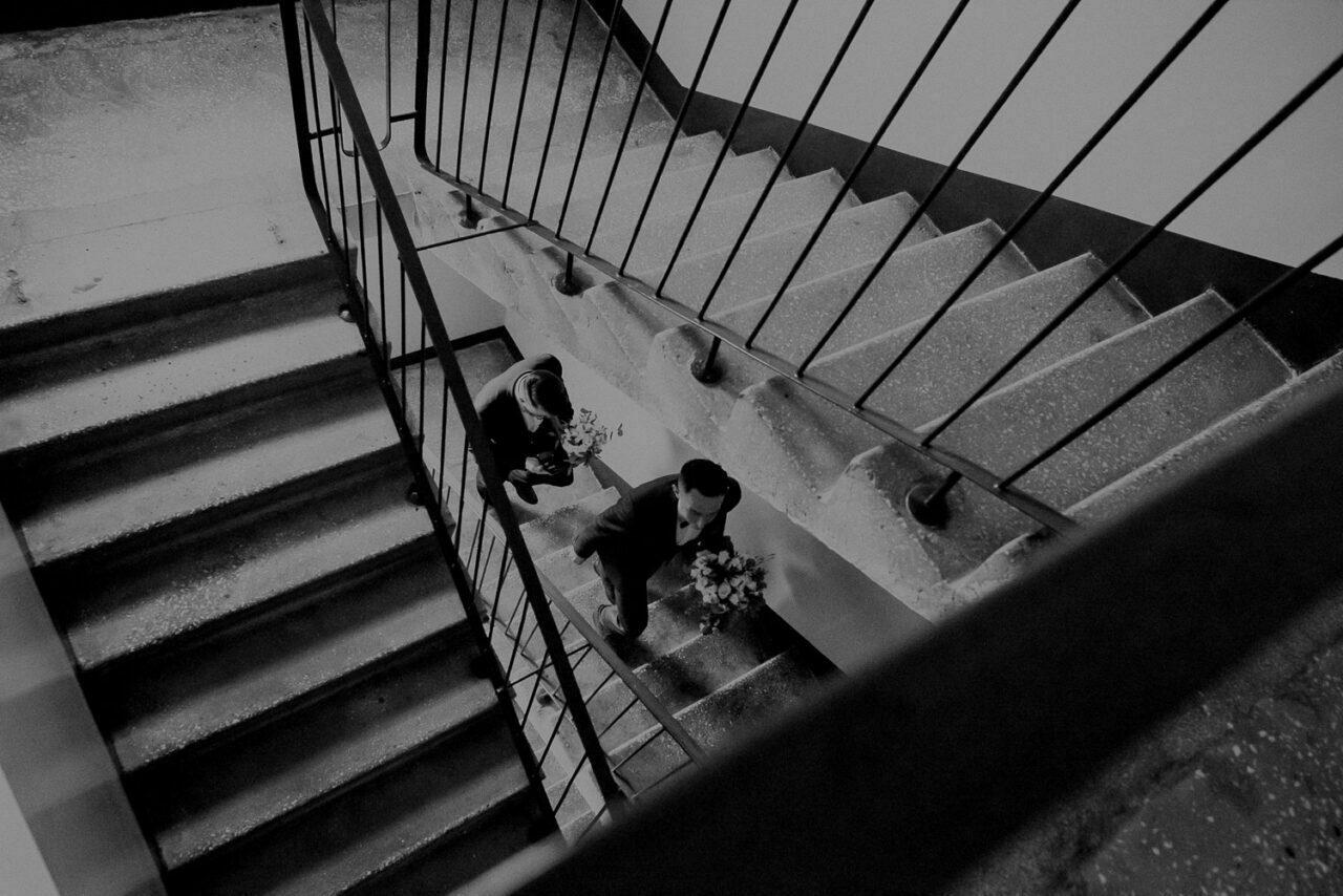 pan młody idzie po schodach do panny młodej