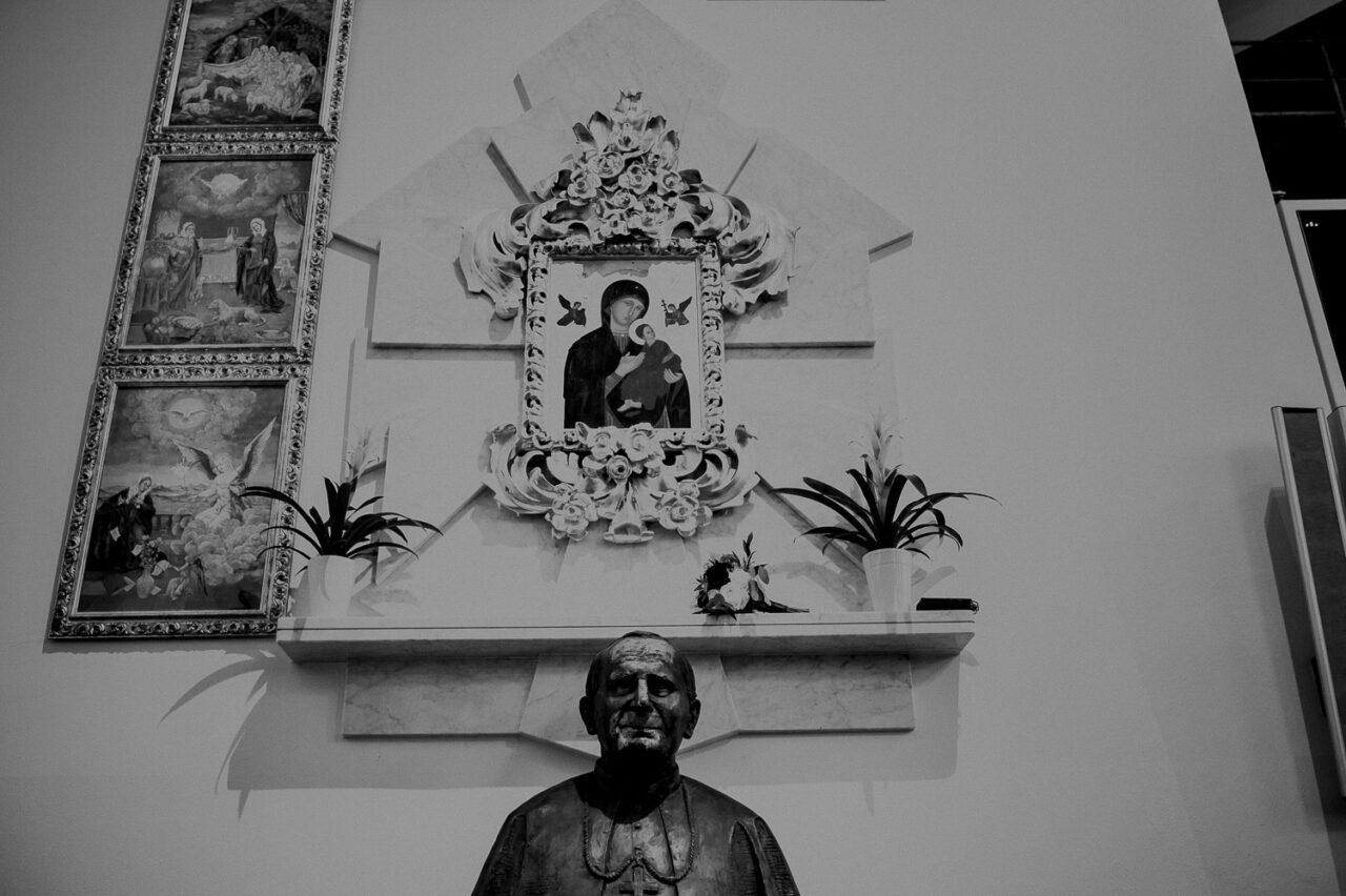 popiersie Jana Pawła II i obraz matki Bożej w kościele
