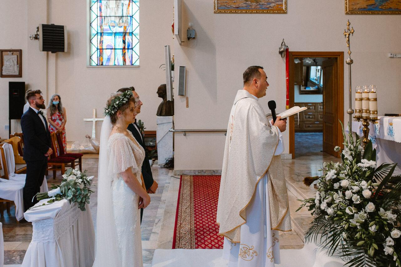 para młoda, ksiądz i goście odśpiewujący O Stworzycielu Duchu Przyjdź