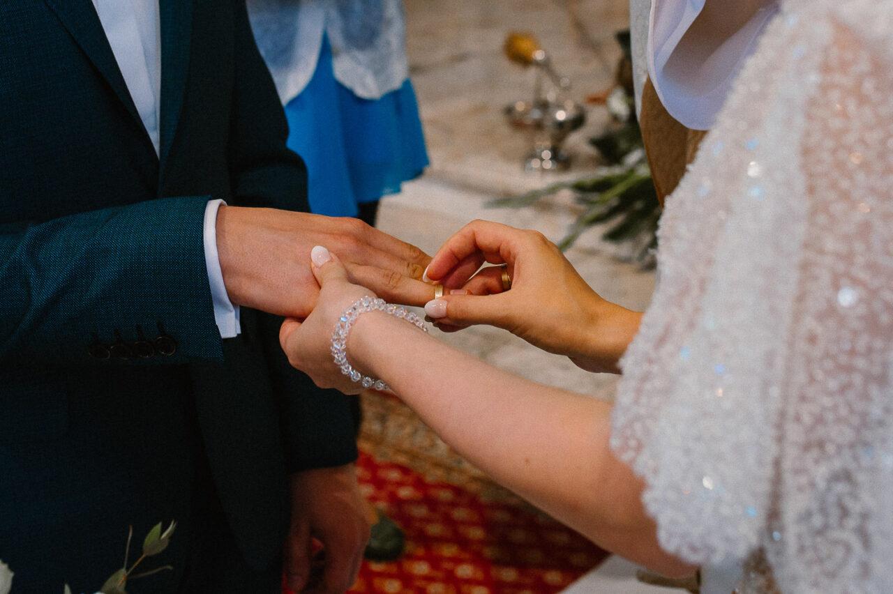 panna młoda zakłąda obrączkę ślubną panu młodemu