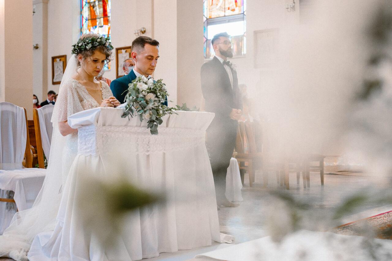 para młoda modli się w kościele