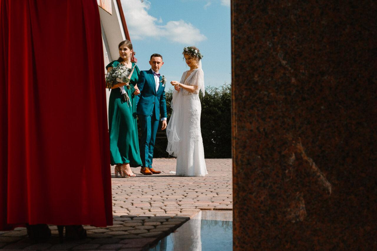 para młoda przed kościołem po ślubie