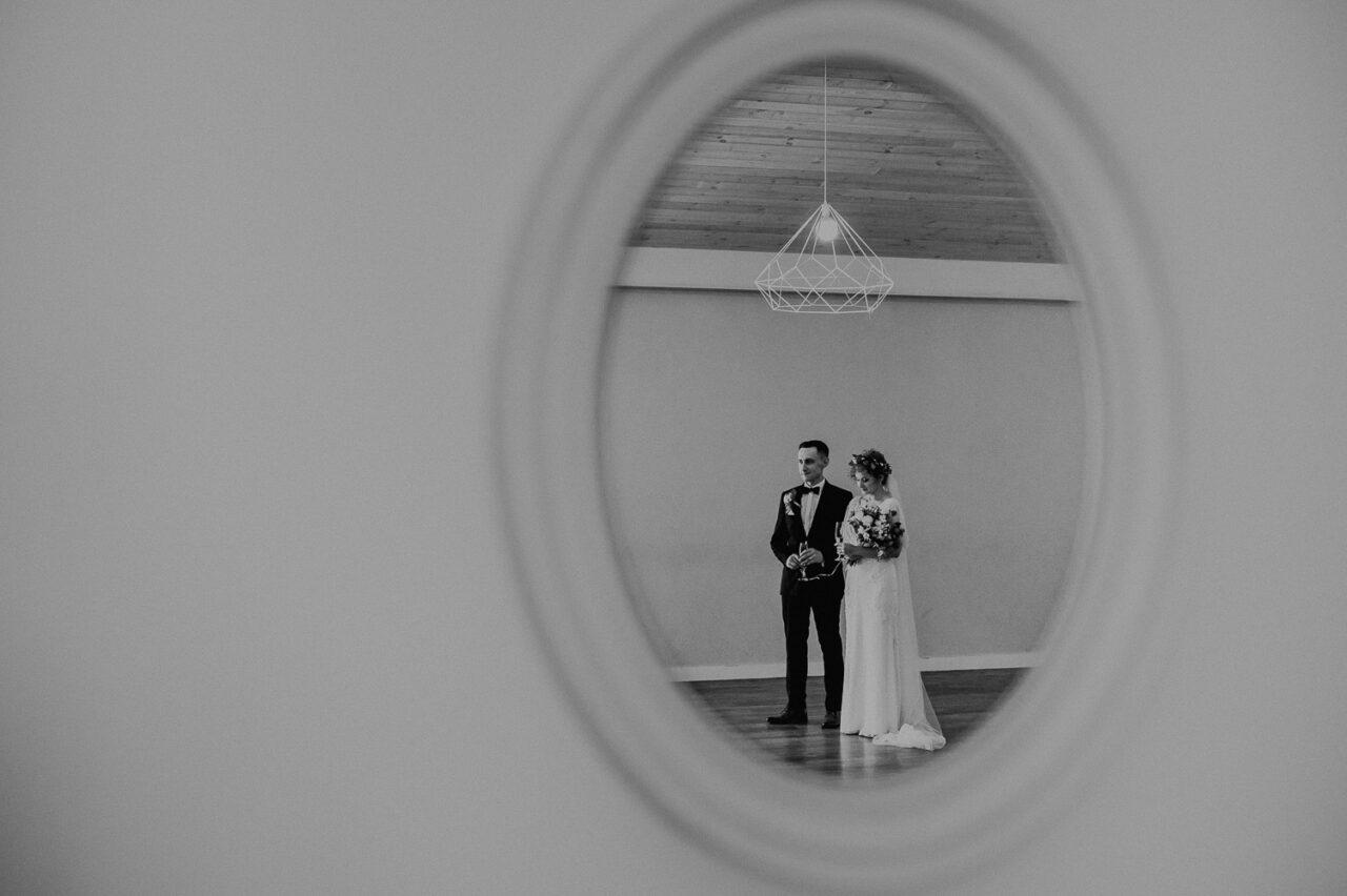 para młoda w odbiciu lutra na sali - wesele w lesie