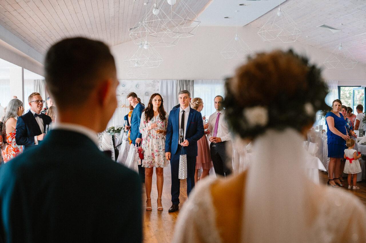 para młoda witaq przybyłych gości na weselu w lesie
