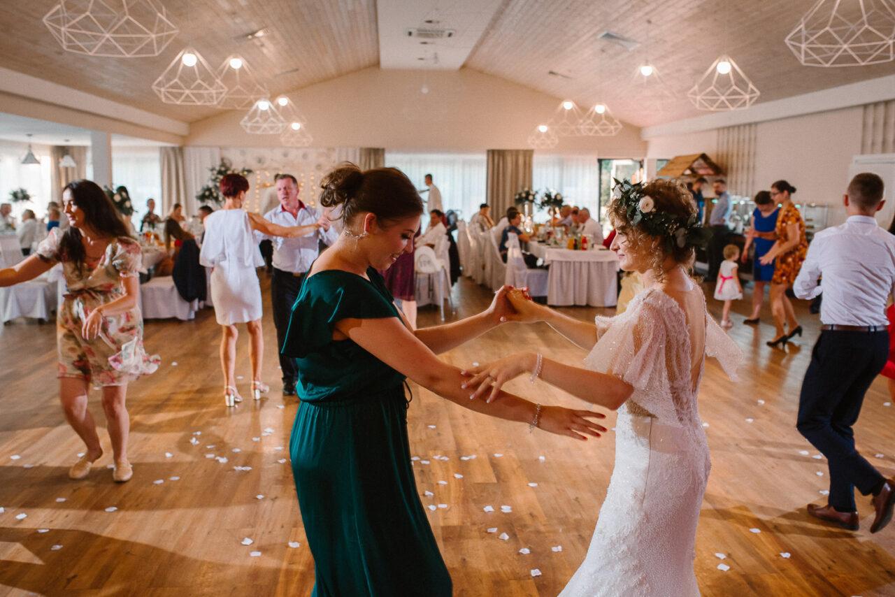 para młoda i goście tańczą - wesele w lesie