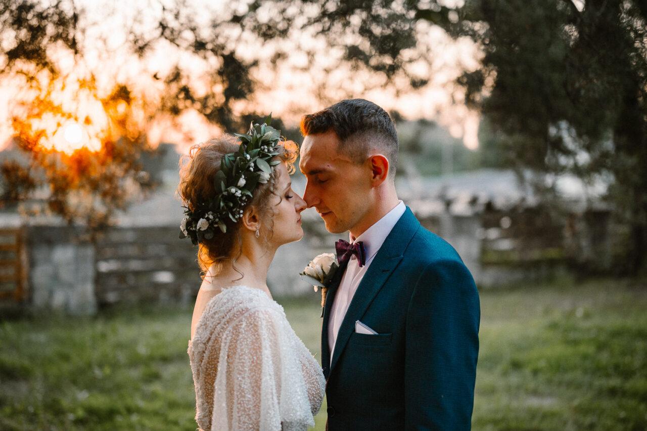 wesele w lesie - portret pary młodej na tle zachodzącego słońca