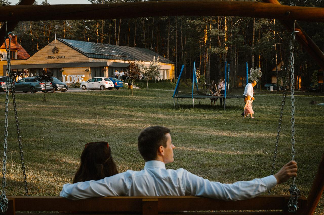 goście wypoczywający na weselu w lesie