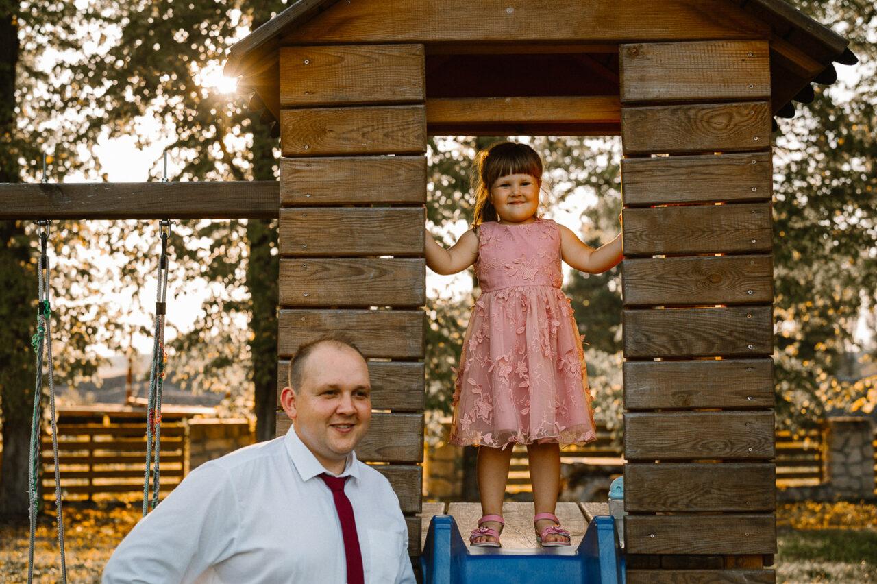 tato z córką na placu zabaw w lesie